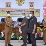 Wakil Bupati Ketapang H.Farhan, SE.,M.Si menerima dukomen terkait pandangan umum anggota DPRD terhadap pidato Bupati .