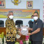 Bupati Ketapang Martin Rantan, SH.,M.Sos (kiri ) menyerahkan dokumen ke ketua DPRD Ketapang M.Febriadi terkait jawaban pemerintah daerah atas pandangan umum anggota DPRD Kabupaten Ketapang